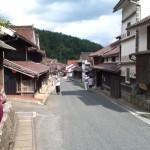 吹屋ふるさと村(旧街道に映えるベンガラ)